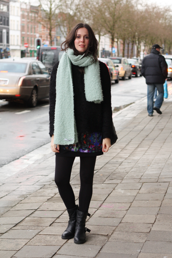 casual outfit: layers, oversized scarf and biker boots