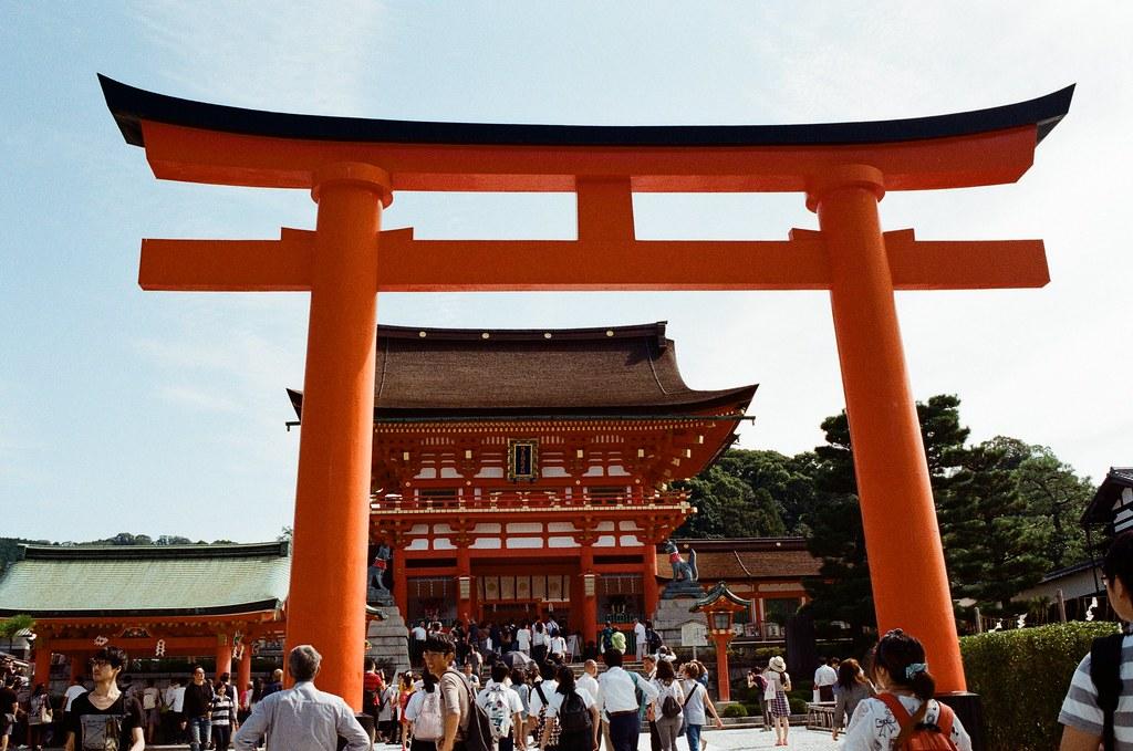 伏見稻荷 京都 Kyoto, Japan / Kodak ColorPlus / Nikon FM2 我想起第一次來京都的時候,那時候本來也要來這裡,但是從奈良過來京都,然後要再從京都回到大阪感覺有點累,所以最後就放棄,直接回到大阪買東西。  那時候是和前女友來的。  Nikon FM2 Nikon AI AF Nikkor 35mm F/2D Kodak ColorPlus ISO200 0991-0035 2015/09/29 Photo by Toomore