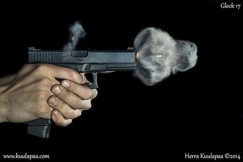 Khoảnh khắc ấn tượng khi viên đạn rời nòng súng