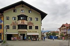 Partenkirchen, Ludwigstraße (04) - Souvenirs, Souvenirs ... ein typischer Bayern-Kitsch-Laden
