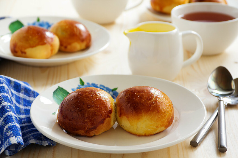 Buns with poppy filling and vanilla cream.