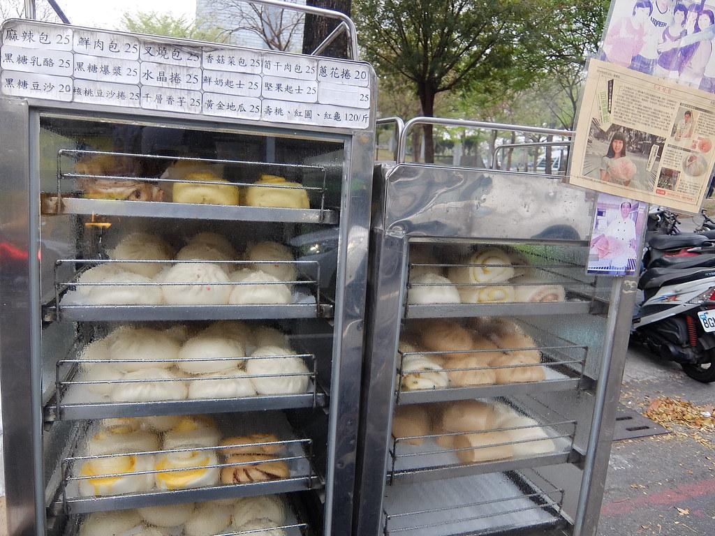賣著各種包子饅頭,價位約25元左右