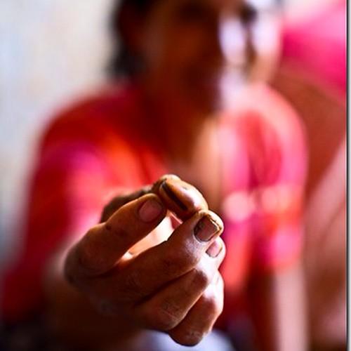 Maria Zilda trabalha na #olaria da #fazenda malhada de areia e usa a #semente de #olho de boi para tingir os #vasos que ela faz. #Intrabartolo  #fotograforibeiraopreto #Bahia  #condeuba #Sertão #artezã de #cerâmica