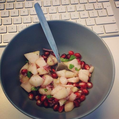 @kwirstje heeft zichzelf weer overtroffen. #gezondtienuurtje met koriander, limoensap, ui, peer en granaatappel.