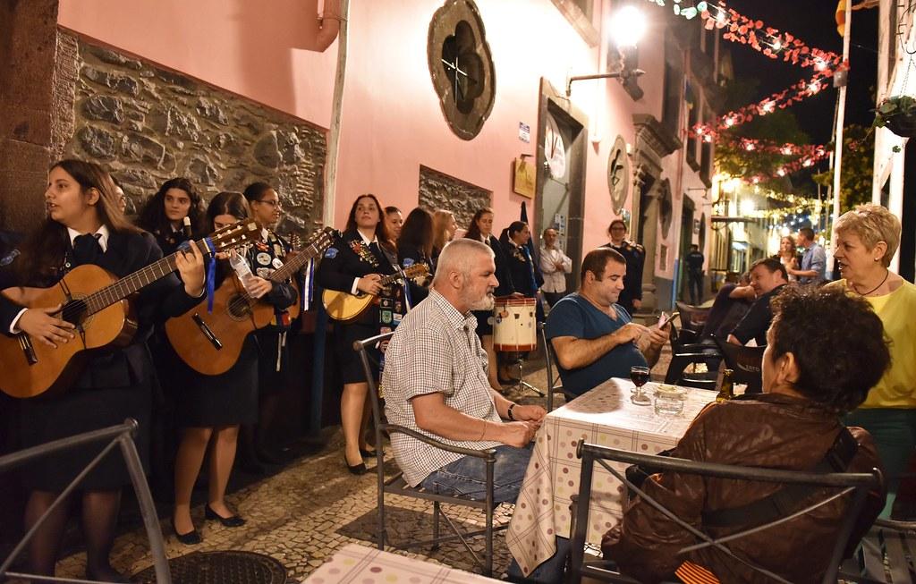 Vriendinnen en oud-klasgenoten maken muziek in de straatjes van centrum Funchal