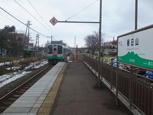 開業日の春日山駅。駅名標はラインカラーの緑色に妙高山をイメージしたデザイン