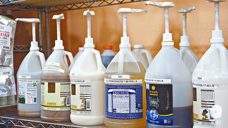 家裏各種清潔劑,包括橄欖油皂液、非洲黑皂都能自攜器皿購買。圖片來源:果籽