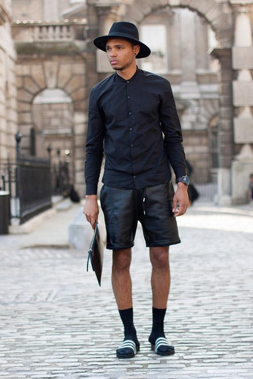 黒コーデ ノーカラーシャツ×レザーハーフパンツ×サンダル