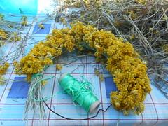 Η βροχερή Πρωτομαγιά και η κατασκευή του μαγιάτικου στεφανιού στην Ψίνθο