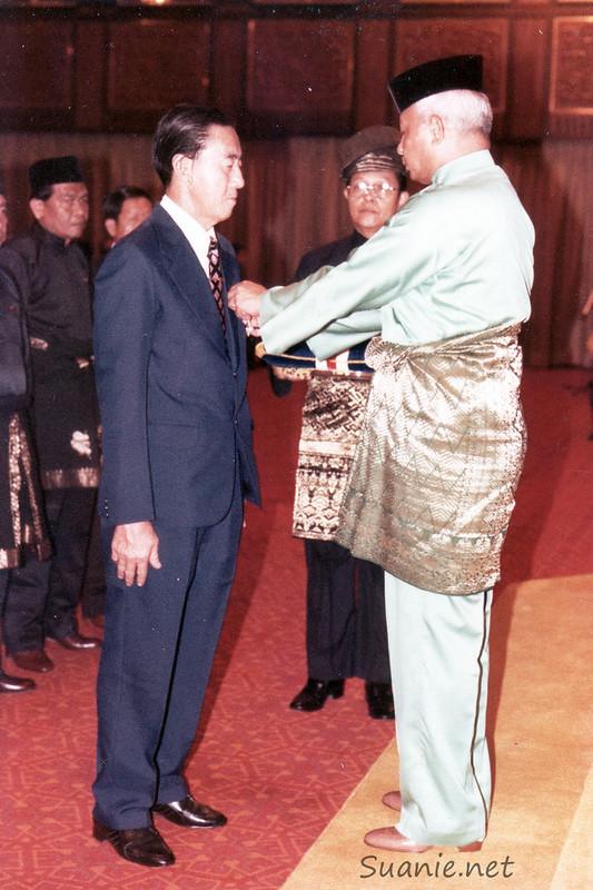 Lim Kheng Siang receiving PPN award from the DYMM Seri Paduka Baginda Yang DiPertuan Agong