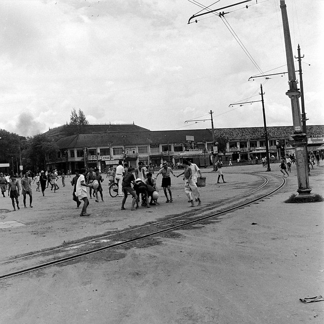 SAIGON  Oct 1945 - Bùng binh chợ Saigon - Photo by John Florea
