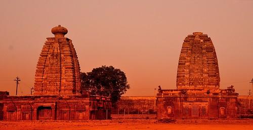 sunset sun india temple nikon handheld hindutemple andhrapradesh telangana tungabhadrariver mahbubnagar goddessparvathi jogulamba shakthipeeth 14thcenturytemple