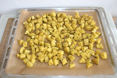 50 - Kartoffelwürfel auf Backblech verteilen / Put potato dices on baking tray