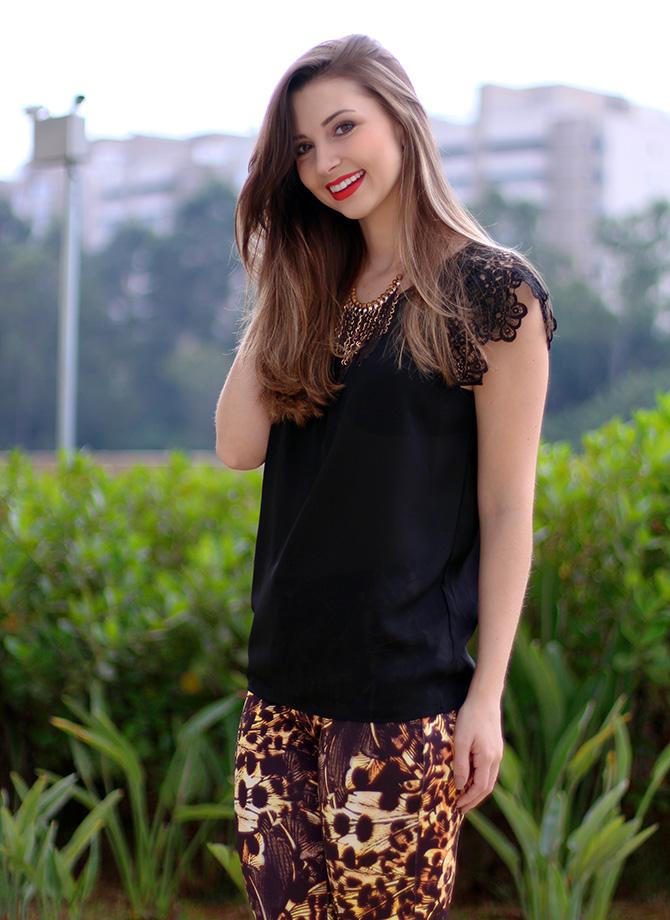 4-lookdodia calça estampada e blusa preta