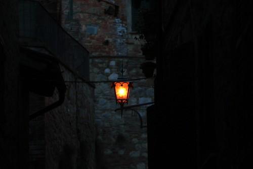 Montepulciano: lanterna in un vicolo