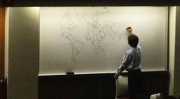 Cậu bé 11 tuổi vẽ bản đồ thế giới chỉ bằng trí nhớ siêu phàm
