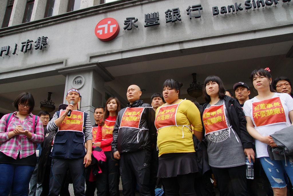 禹富積(左二)強調,若何壽川仍遲不出面,勞工未來必定再度來臺,升高抗爭規模。(攝影:王顥中)