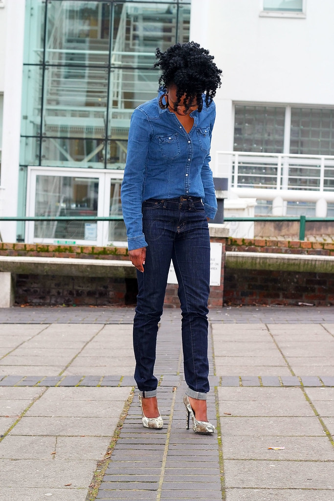 high-waisted-denim-jeans-&-denim-shirt-double-denim, indigo high waisted jeans, winter style, denim winter style, spring style, indigo high waist jeans, high waist jeans, blue denim shirt, denim shirt, tweed coat, long coat, long coat trend, tweed coat trends