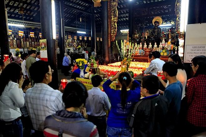 Sắm lễ và hành lễ khi đi chùa thế nào cho đúng