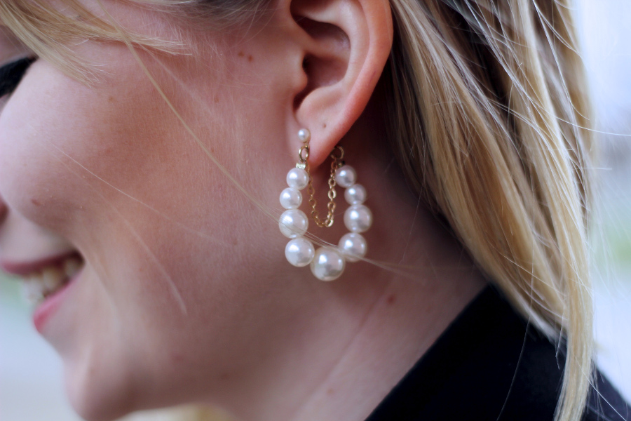 outfit-detail-earring-pearl-gold-face-smile-blonde