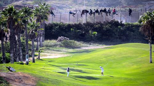 Inmigrantes en la valla fronteriza entre España y Marruecos de Melilla (Foto JOSÉ PALAZÓN - AFP)