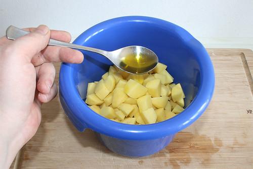 46 - Olivenöl zu Kartoffelwürfeln geben / Add olive oil to potato dices