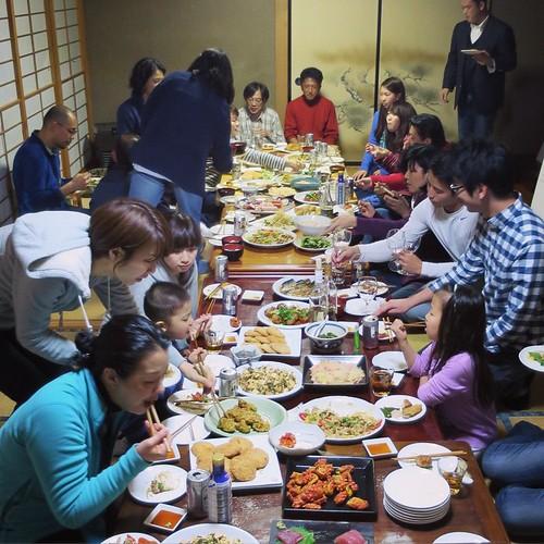 人の数も、料理の量もすごい!