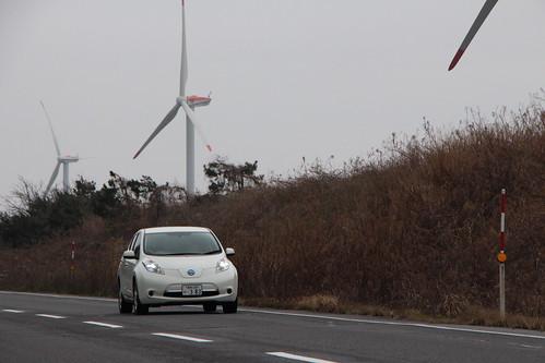 鳥取県 北栄町 北条砂丘風力発電所前を走る日産リーフ