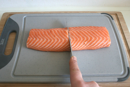 23 - Lachsfilet halbieren / Cut salmon filets in halfs