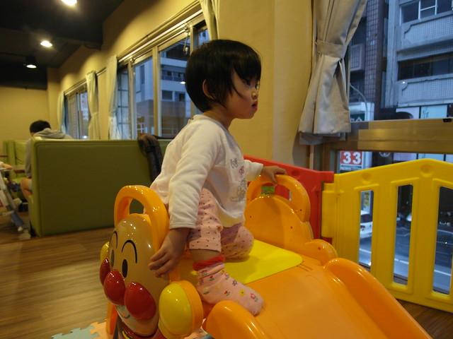 胖鹿玩耍中(啊啊啊讓我好想買這個溜滑梯)@樂樂小時光有機食材餐廳(附有親子遊戲區)