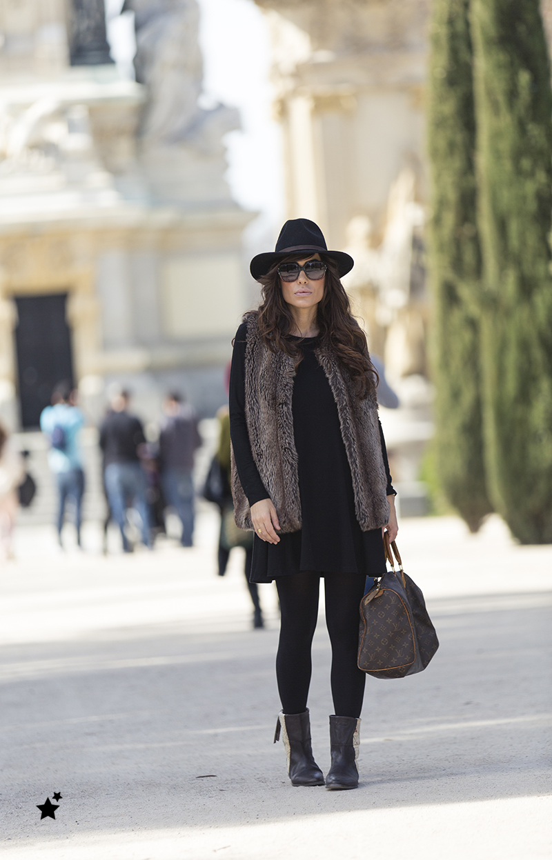 street style barbara crespo fur vest retiro black dress louis vuitton el retiro fashion blogger outfit blog de moda