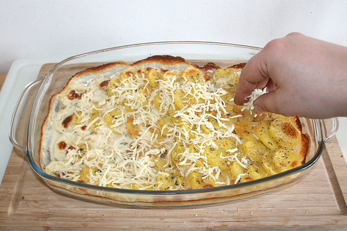 25 - Mit Käse bestreuen / Dredge with cheese