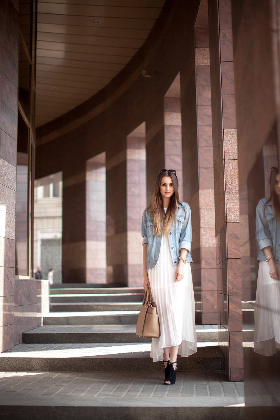 white-pleated-dress-outfit-ideas-denim-jacket