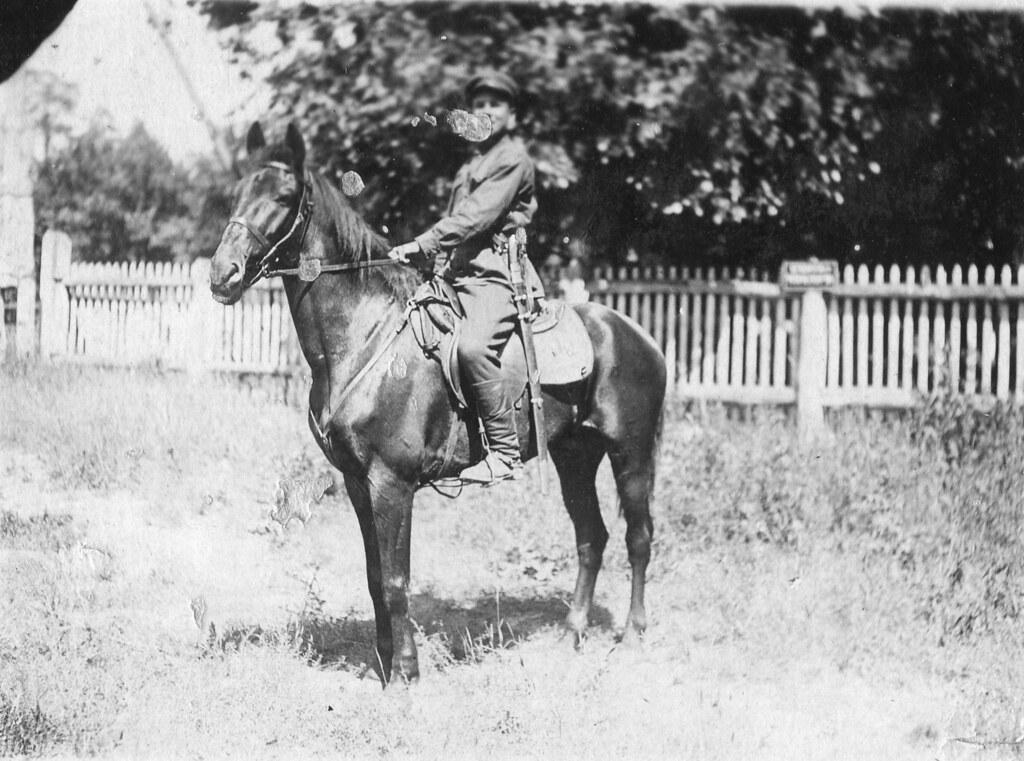 Прадедушка с конём Разумным в кадровой армии в середине 1930-х годов