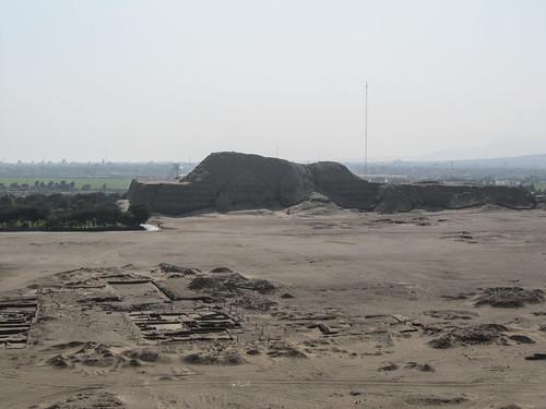 Vue sur la Huaca del Sol et la ville entre les deux pyramides