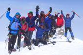 Gruppe von Top Mountain Tours auf dem Hauptgipfel des Elbrus, 5642 m. Foto: Günther Härter.