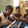 Class music, Dieumina joue au keyboard