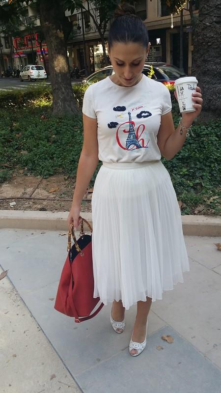 total White, camiseta blanca romántico, falda midi plisada blanca, peep toes blancos, top knot, rojo bolso, white shirt, romantic, white pleated midi skirt, white peep toes, red bag, Carolina Herrera, Mango, Zara, Parfois, Swarovski, Prada