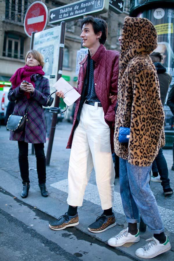 バーガンディキルティングジャケット×白パンツにヒョウ柄Clarksトウヤー
