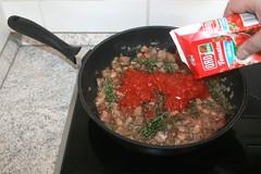 41 - Mit Tomatenstücken ablöschen / Deglaze wi…
