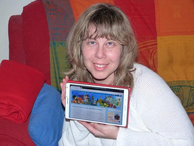 Rebeca con su tablet leyendo el nuevo Rincón de Sele
