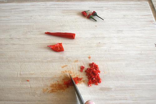 27 - Chilis zerkleinern / Mince chilis