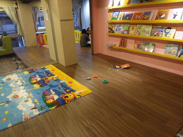 靜態閱讀區,散落在地上的是胖鹿很愛的費雪彩虹套圈層層疊!@樂樂小時光有機食材餐廳(附有親子遊戲區)