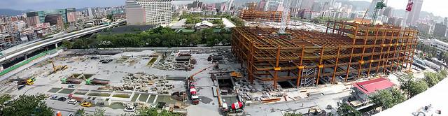 2013松煙全景,沒了樹,換來水泥與龐大建築;圖片來源:松煙護樹志工團。