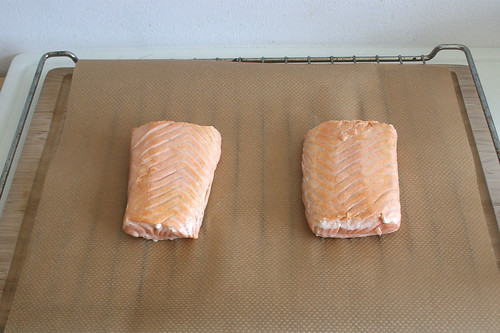 29 - Lachsfilet auf Rost mit Backpapier legen / Put salmon filets on baking roast with baking papier