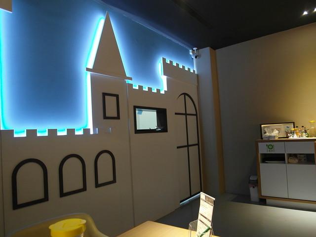 店內佈置,送菜的窗口是個小城堡@樂樂小時光有機食材餐廳(附有親子遊戲區)