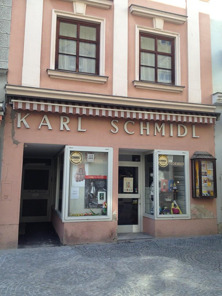 Die kleine Buchhandlung, die als Werbefläche dient, würde sich doch als Mini-Cafe anbieten,... oder?  © diekremserin