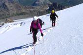 Basiskurs Bergsteigen. Angeseiltes Gehen auf dem Gletscher. Foto: Günther Härter.