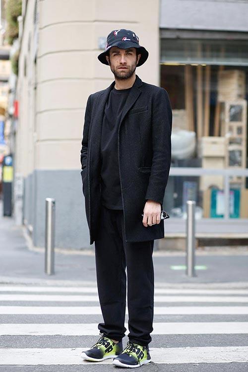 全身黒コーデにバケット帽&リーボックZポンプフュージョン