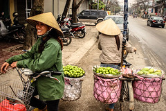Fruit sellers close to the new Hanoi - Lao Cai Expressway